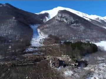 Frame 24.26723 de: Sobrecogedoras imágenes aéreas del hotel sepultado hace un mes por una avalancha de nieve en los Abruzzos