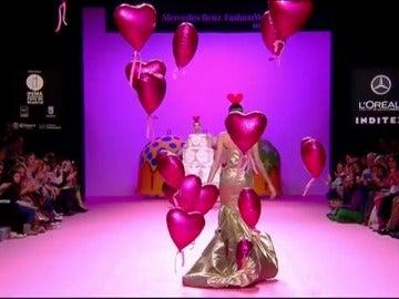 Frame 223.924281 de: Chuches, palomitas, gusanitos y tartas protagonistas del desfile de Agatha Ruiz de la Prada