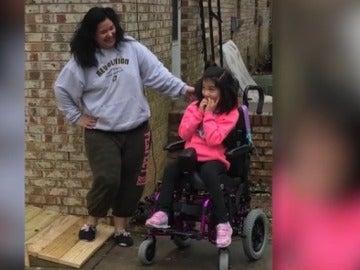 La pequeña, en silla de ruedas, ya tiene rampa en su casa