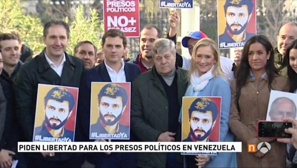 Frame 12.907136 de: Decenas de personas acuden a la concentración por la libertad de los presos políticos convocada por el partido de Leopoldo López en Madrid