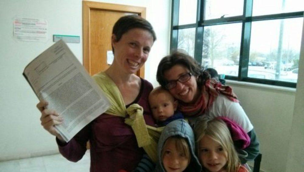 Dos madres consiguen inscribir a su hija a nombre de ambas