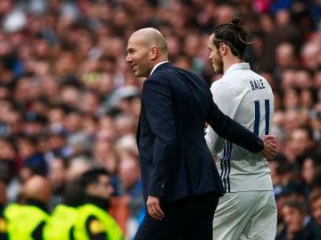 Zidane conversa con Bale antes de que el galés salte al campo