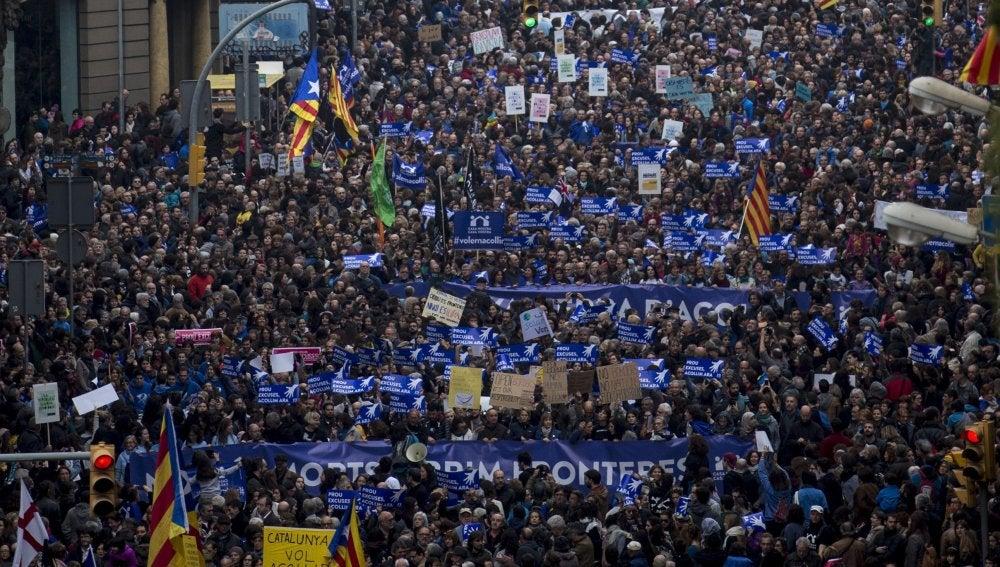 Miles de personas asisten en Barcelona a una manifestación para acoger refugiados