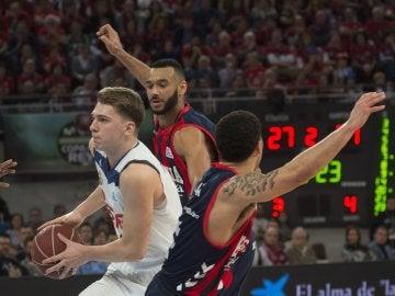 Luka Doncic penetra a canasta ante la defensa del Baskonia