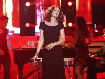 Esther Arroyo, una elegantísima Ana Belén con el inolvidable tema 'El hombre del piano'