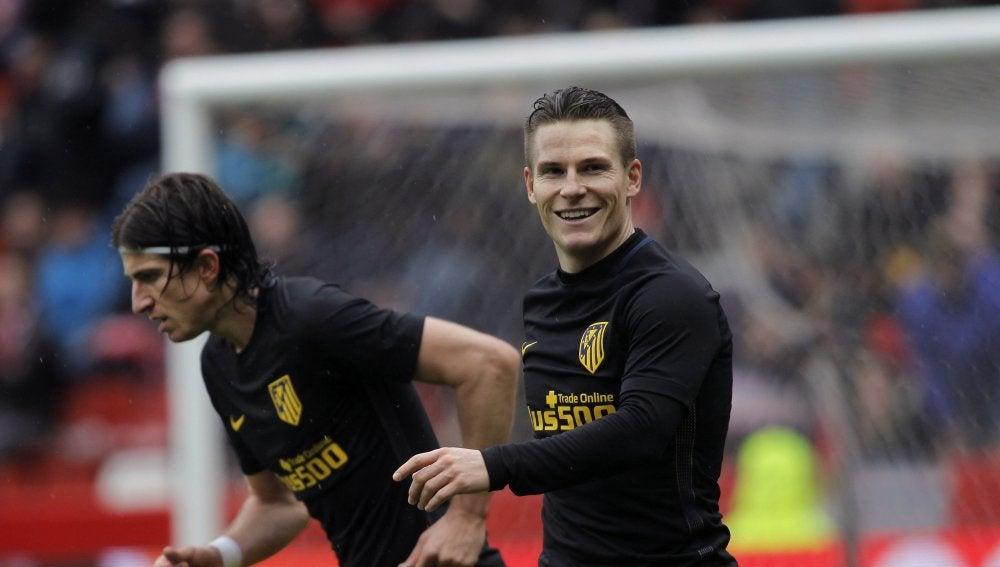 Gameiro celebra uno de sus goles en El Molinón