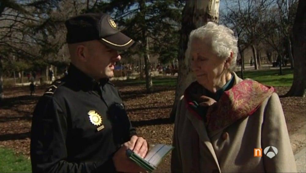Una anciana con un agente de policía