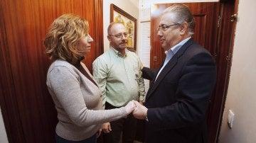 Zoido informa a los padres de Marta del Castillo de las labores de la Armada