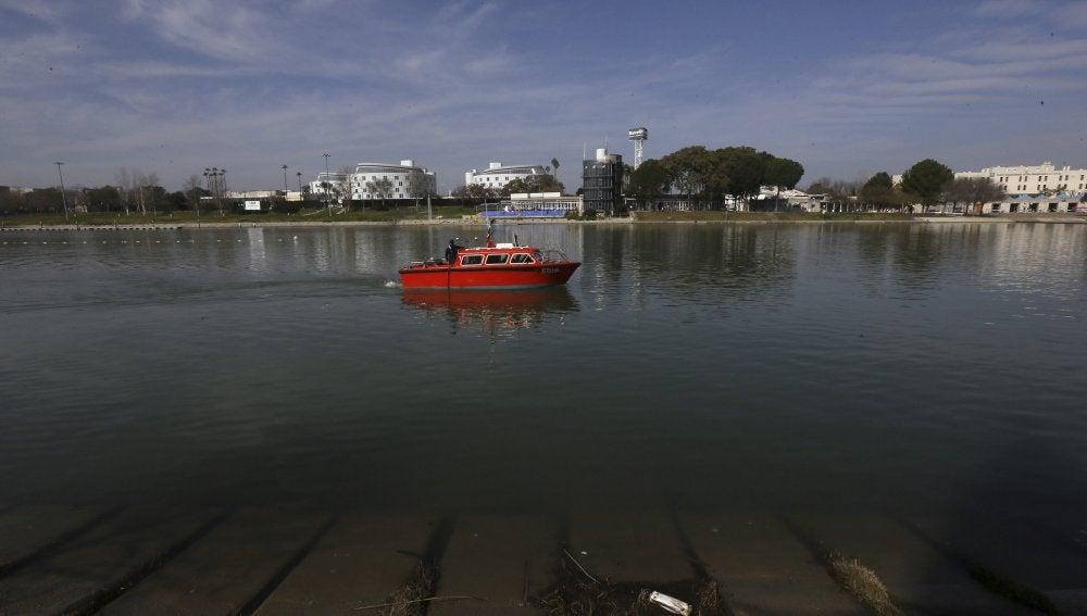 El barco de la Armada realiza las tareas de búsqueda