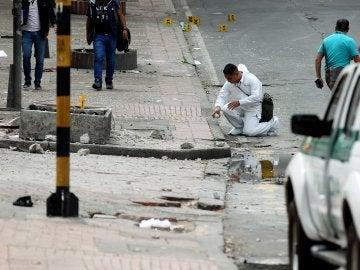 La Policía de Colombia examinan el lugar donde se registró una explosión