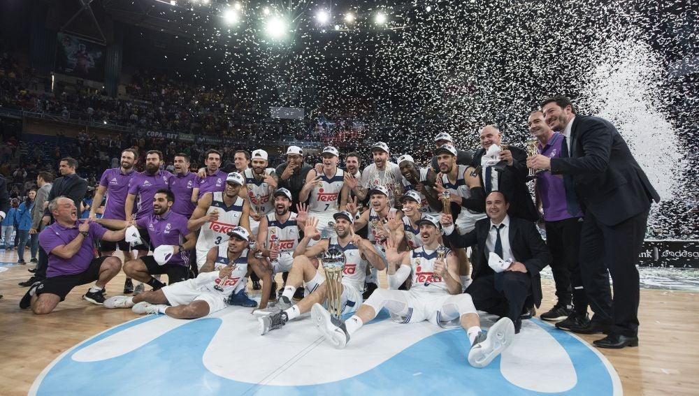 El Real Madrid posa con la Copa de campeón de la Copa del Rey