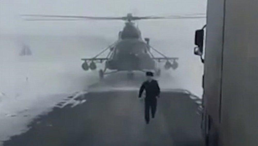 El piloto en el momento en el que se baja del helicóptero