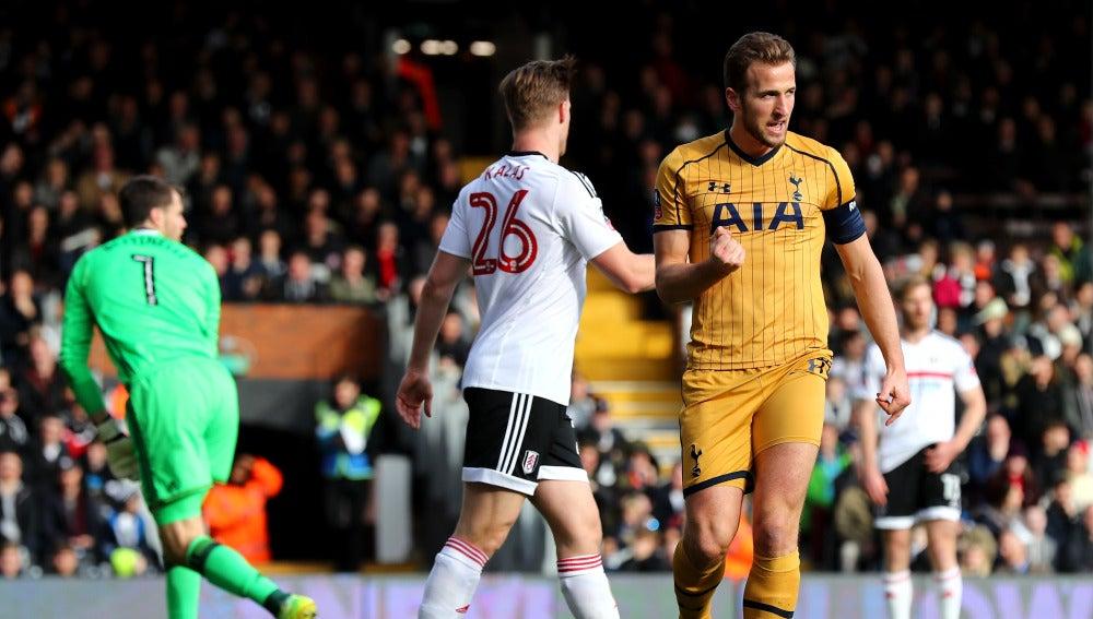 Harry Kane celebra uno de sus tres goles ante el Fulham