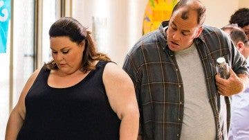 Chris Sullivan y Chrissy Metz en la serie 'This is us'