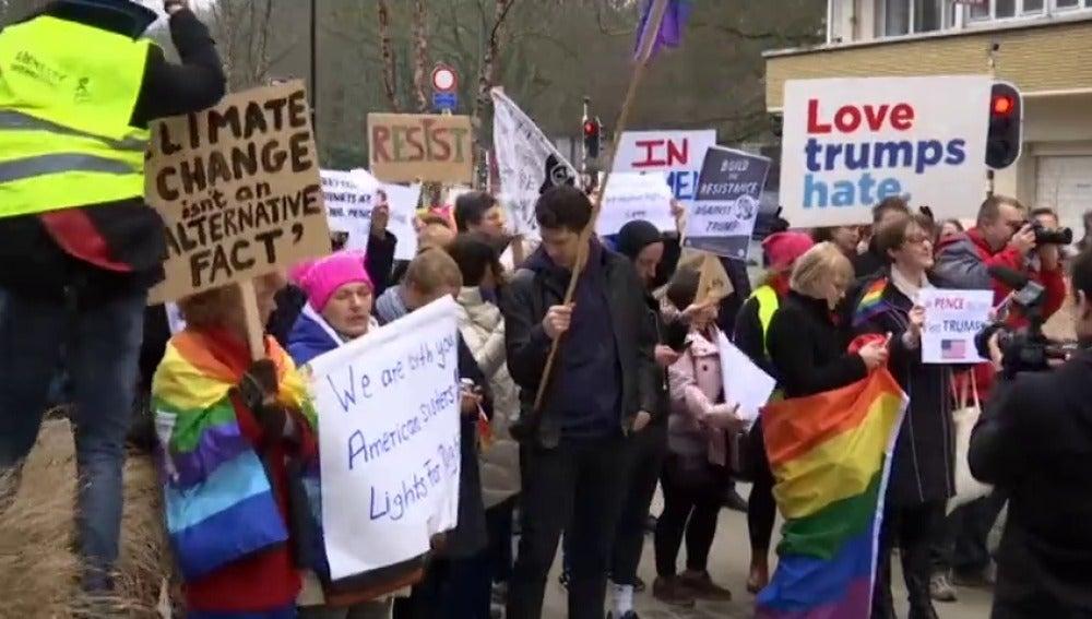 Frame 20.376244 de: Decenas de personas protestan en Bruselas contra la visita del vicepresidente norteamericano Mike Pence