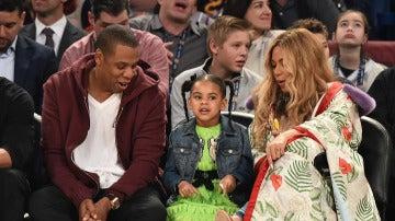 Jay-Z y Beyoncé, junto a su hija en el All Star
