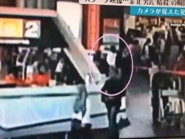 Frame 12.744271 de: Publican una grabación de una cámara de seguridad que supuestamente recoge el asesinato de Kim Jong Nam