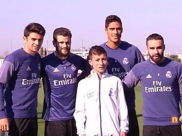 Frame 3.229681 de: El Real Madrid recibe la visita del 'niñó ángel' en Valdebebas