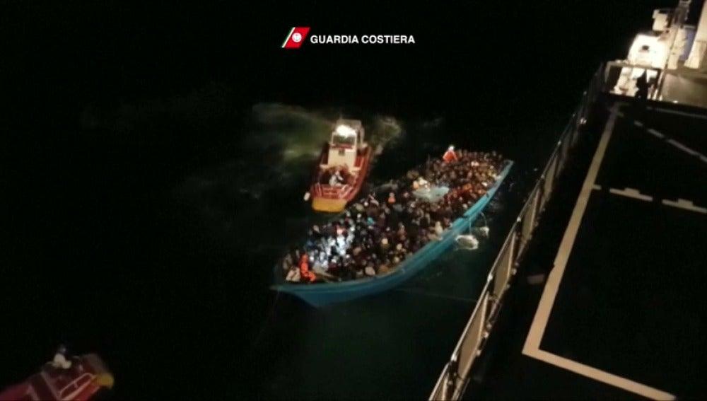 Frame 7.997108 de: Rescatan a 630 inmigrantes en el Mediterráneo y al menos 74 cadáveres aparecen frente a las costas libias