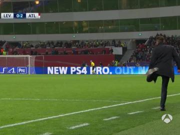 Simeone trata de rematar en el gol de Griezmann