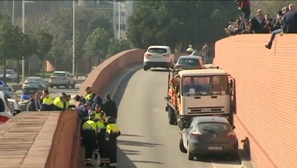 Frame 32.133574 de: Detenido a tiros un sueco con antecedentes psiquiátricos por robar un camión de butano y circular contradirección en Barcelona