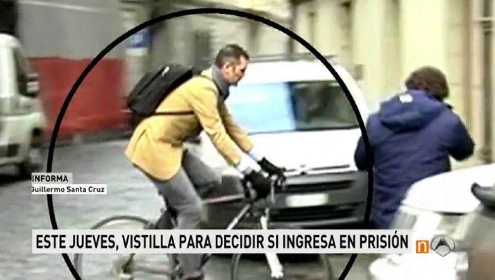 Urdangarin sale en bici de su casa