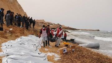 Los cuerpos de 74 inmigrantes que fallecieron en un naufragio frente a la costa libia en Febrero de este año