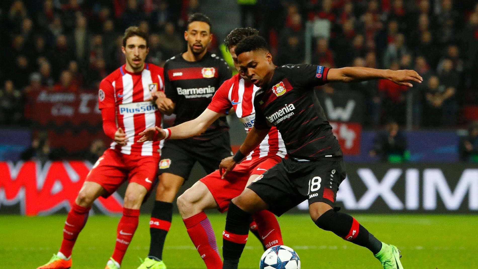 Los jugadores del Atlético de Madrid y Leverkusen durante una jugada