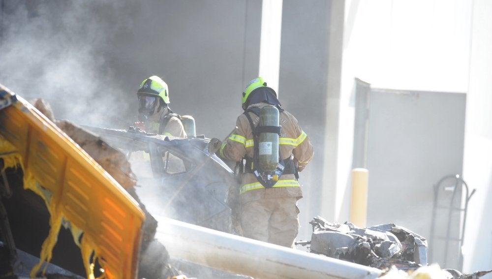 Los bomberos intentan sofocar el incendio provocado por la avioneta estrellada en Australia