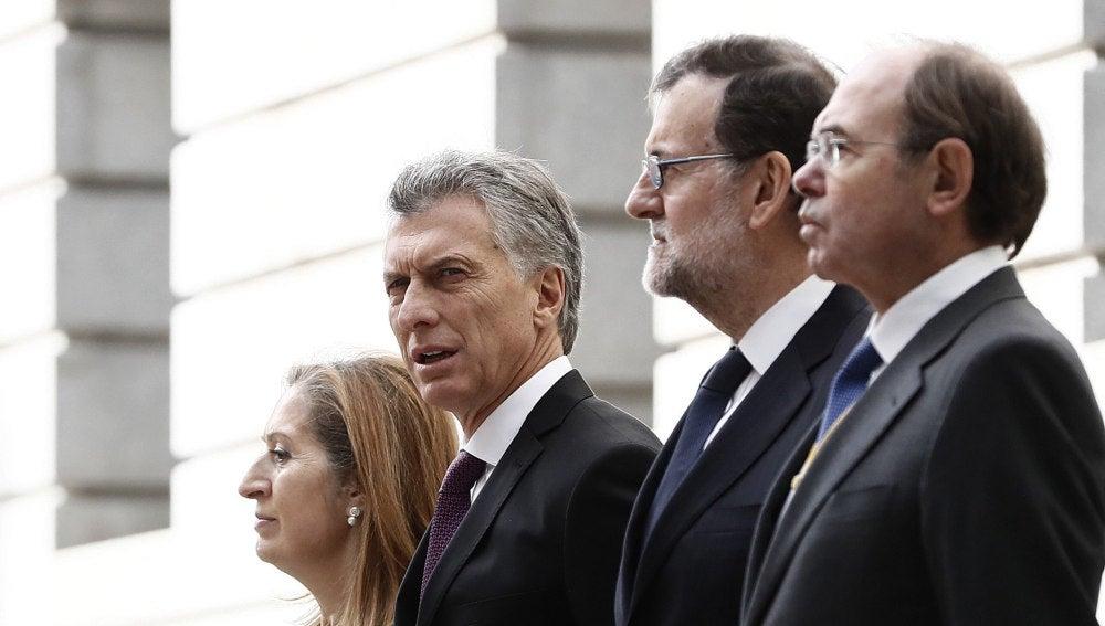 El presidente de Argentina, Mauricio Macri, junto a Ana Pastor, Mariano Rajoy y Pío García-Escudero