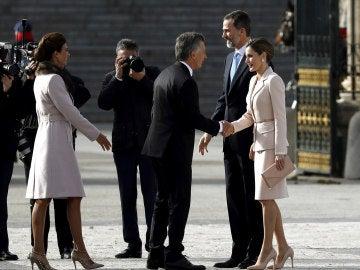 Mauricio Macri saluda a los Reyes en su vivista a España