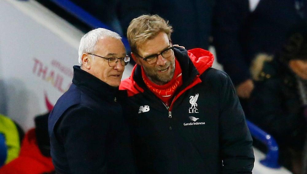 Ranieri y Klopp dialogan durante un partido