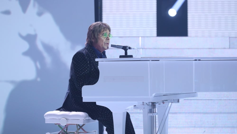 Juan Muñoz rinde homenaje a las mujeres de su vida como John Lennon con 'Woman'