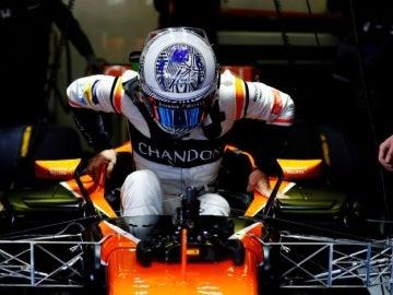 Fernando Alonso se baja del monoplaza en Montmeló