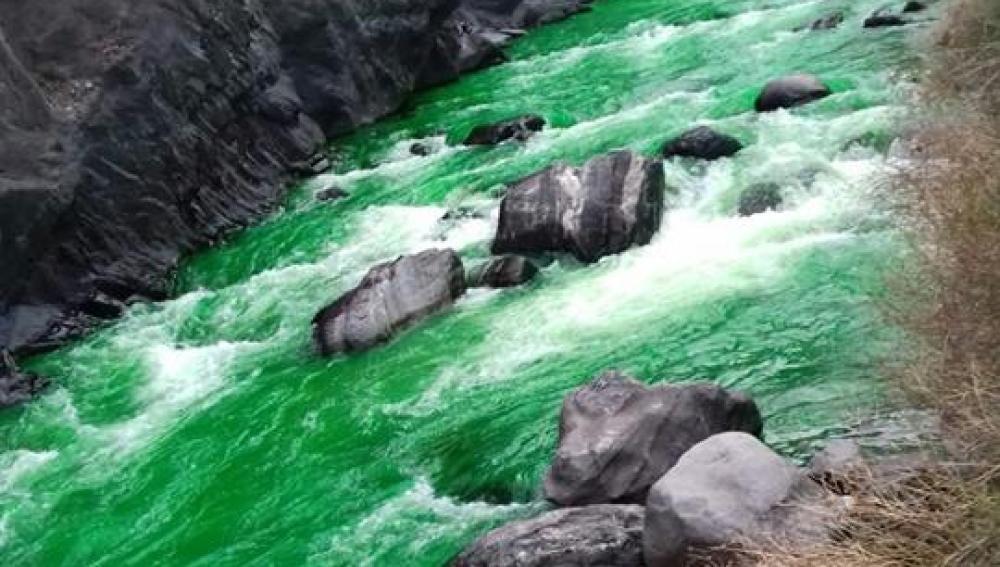 El río teñido de verde