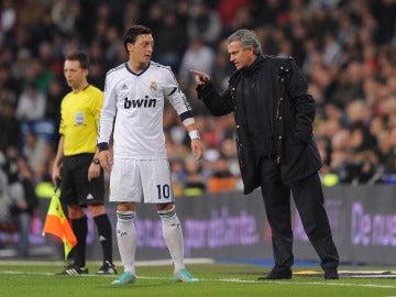 Özil y Mourinho durante un partido con el Real Madrid