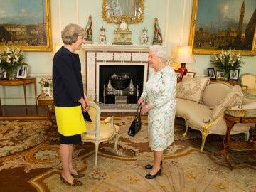 La reina Isabel II y Theresa May