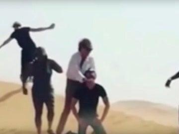 Rod Stewart simula una decapitación