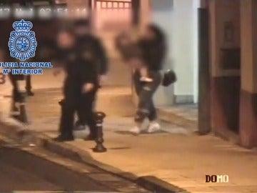 Frame 26.89775 de: La policía detiene a un hombre justo cuando agredía a una mujer con su niño en brazos