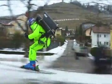 Frame 56.046222 de: El esquiador esloveno de estilo libre Filip Flisar hace un trepidante recorrido impulsado por una turbina