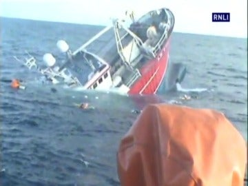 Frame 40.173906 de: Un barco de pesca naufraga en aguas de Escocia