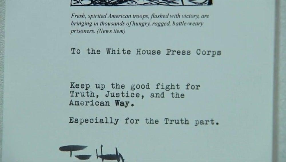 Frame 19.626666 de: Los periodistas de la Casa Blanca toman café en una taza de Tom Hanks con mensaje