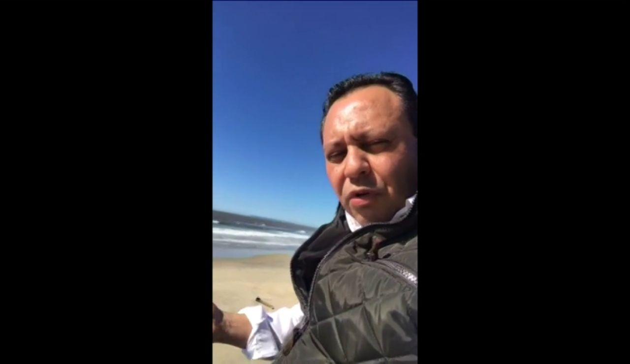 Frame 71.31388 de: Un diputado mexicano se sube al muro fronterizo entre Estados Unidos y México para demostrar su inutilidad