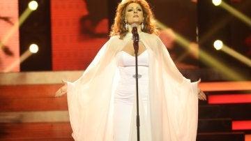 Lorena Gómez se libera 'Como las alas al viento' con gran poderío como Rocío Jurado