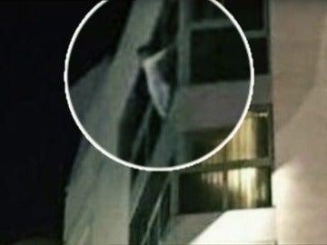 Frame 20.306065 de: En libertad la madre que dejó sola a su hija y fue rescatada colgada de la ventana
