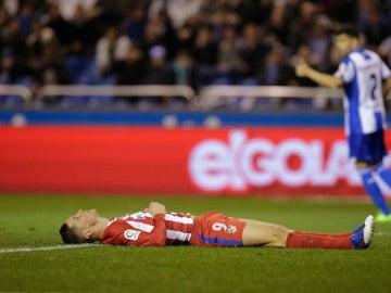 Torres, en el césped tras sufrir el fuerte golpe en Riazor