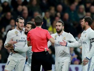 Los jugadores del Madrid protestan la roja de Bale a Fernández Borbalán