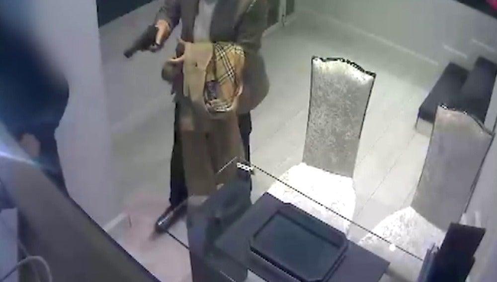 Frame 17.274097 de: Se pide colaboración ciudadana para encontrar al atracador de una joyería a punta de pistola