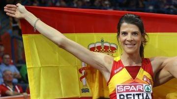 Ruth Beitia posando con la bandera de España