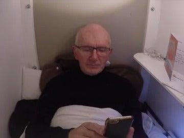 Un hombre se entierra en un ataúd durante tres días